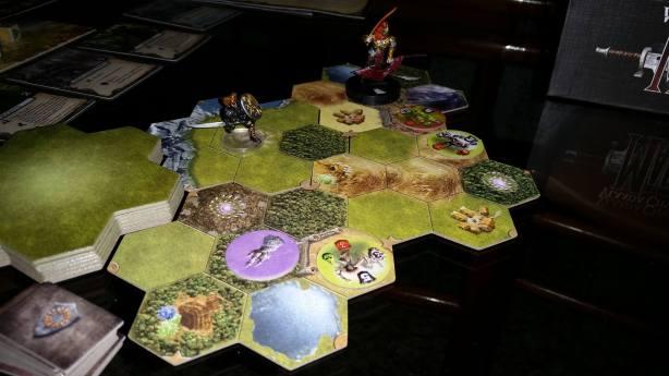 E a missão se inicia, Torak entra pelo portal, Volkare e seu exército ao lado em seu acampamento, um dragão do pântano, um Ironclad e uma bruxa amaldiçoada ao lado de uma torre de magos.