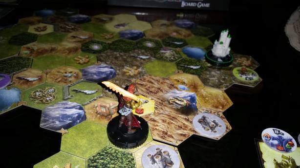 Volkare avista a cidade verde e começa sua marcha em sua direção.